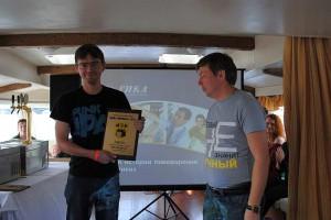 Евгений Толстов получает награду